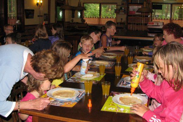 Pannenkoeken eten kinderen